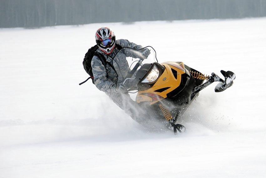 Управление снегоходом в положении стоя